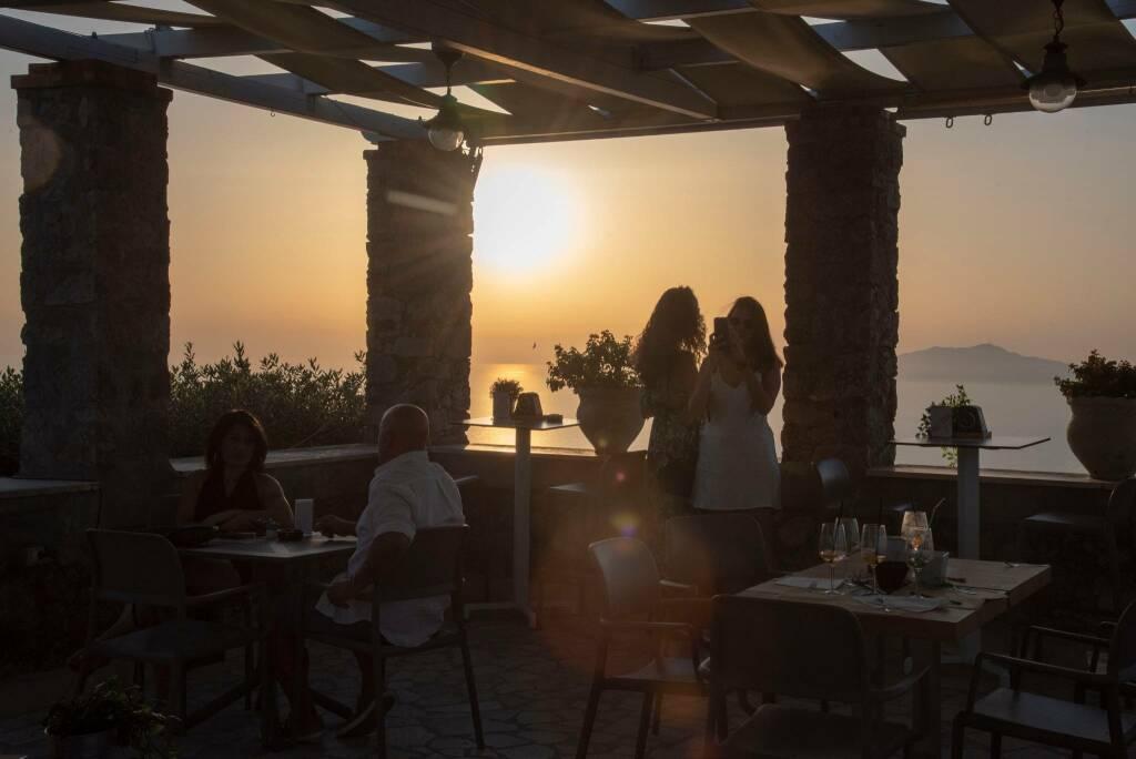 Continuano anche dopo Ferragosto i cocktail al tramonto sul tetto di Capri