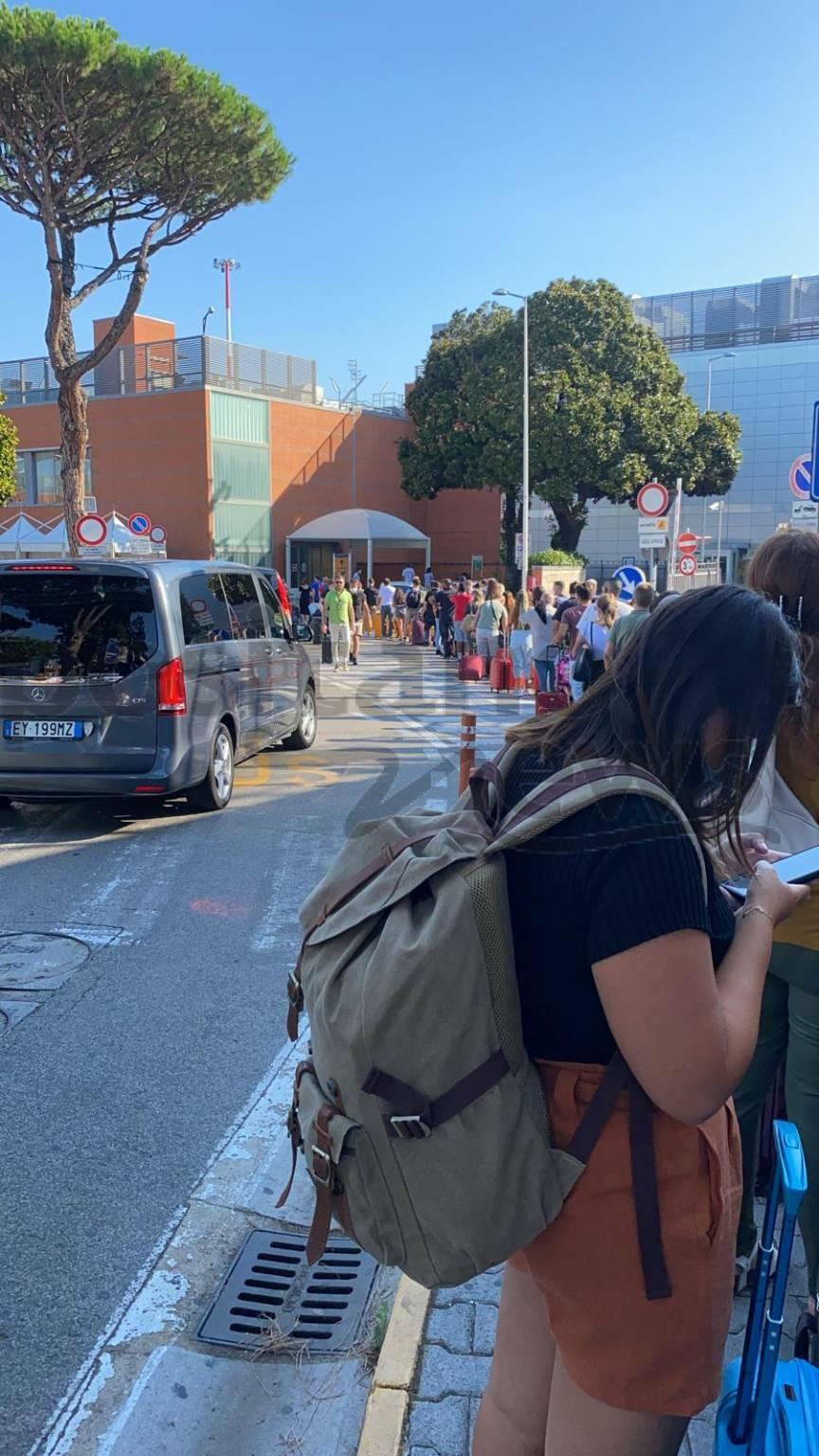 Covid-19, caos all'aeroporto di Napoli e assembramento passeggeri