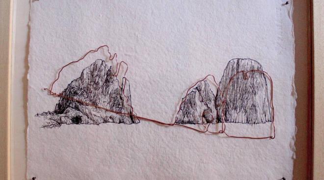 I Faraglioni approdano nelle botteghe capresi. Legami: opere di Elena Fabris
