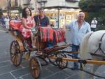 Il soprano Olga De Maio ed il tenore Luca Lupoli in giro per Sorrento, cantando in carrozza