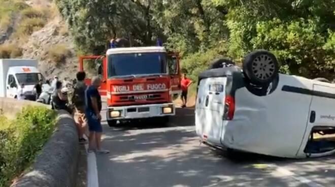 Maiori, incidente a Capo d'Orso,  un'auto capovolta sulla SS 163, il conducente fortunatamente illeso