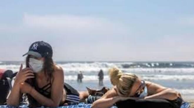 Mascherine in spiaggia
