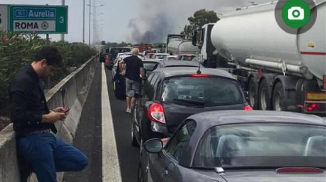 Maxi incendio di sterpaglie, chiusura del Grande raccordo anulare di Roma: traffico in tilt