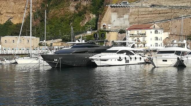 Penisola Sorrentina. L'arrivo di super yacht nella baia di Sorrento e Marina di Cassano