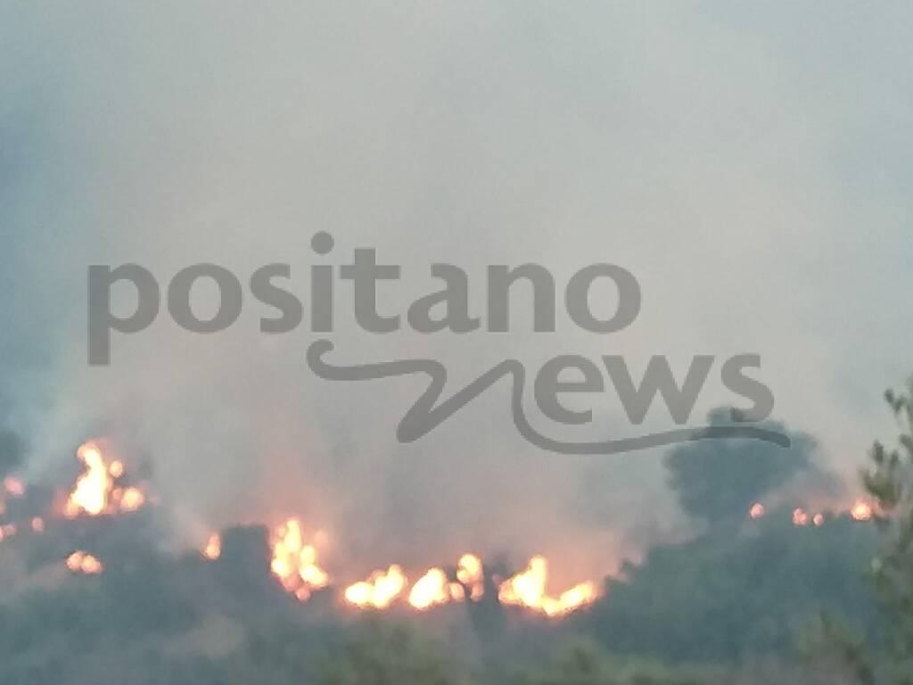 Positano, elicottero e Vigili del Fuoco all'opera per spegnere l'incendio