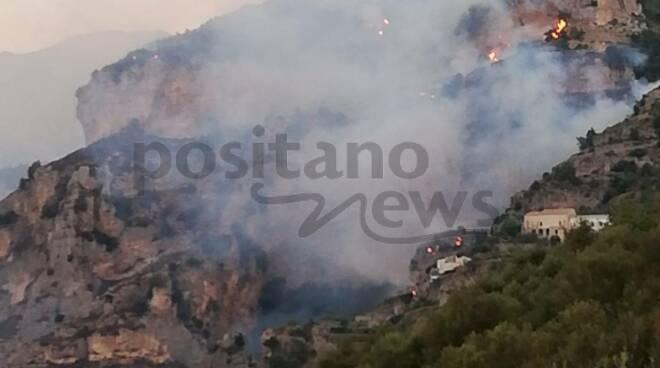Praiano le fiamme minacciano il Convento di San Domenico