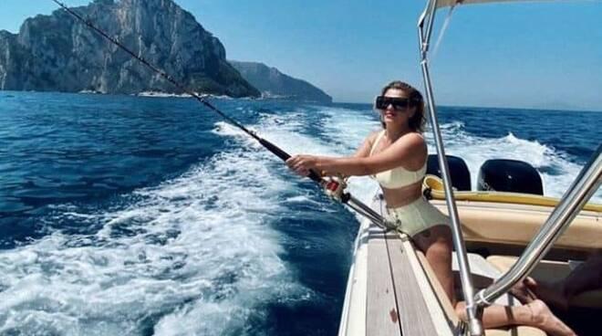 Proseguono le vacanze di Emma Marrone: relax al largo della Costa Amalfitana