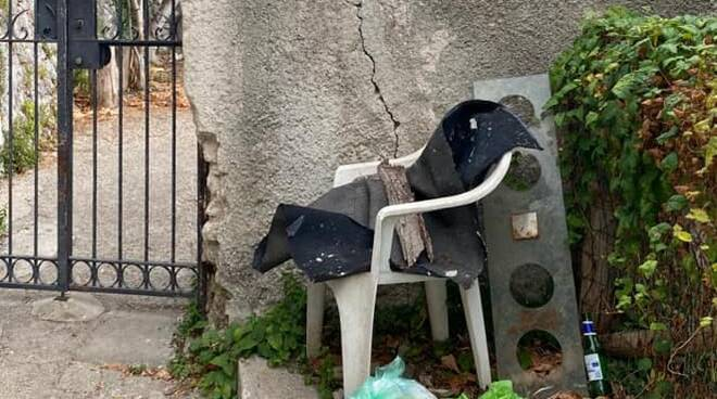 Ravello cestini pieni di immondizia