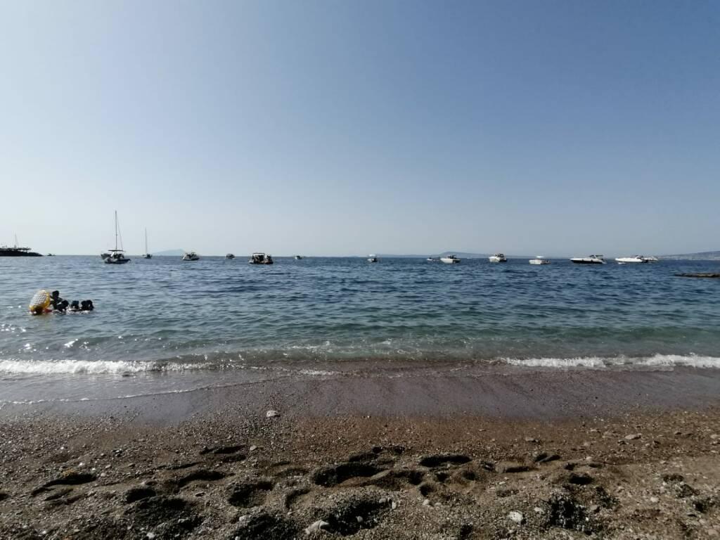 Seiano, Vico Equense. Spiaggia invasa dalle imbarcazioni: scarichi in acqua, l'intervento della Guardia Costiera