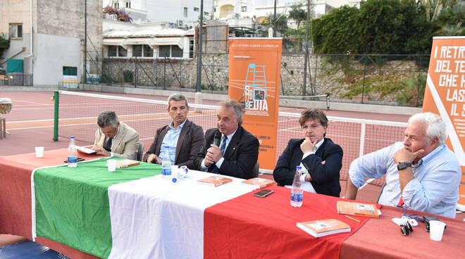 """Capri. """"Sotto la sedia"""": Peppino Di Stefano racconta la sua carriera da arbitro internazionale di tennis"""