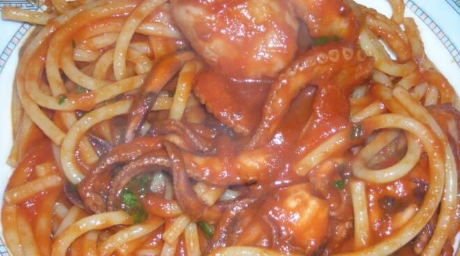 Spaghetti con i polipetti alla napoletana
