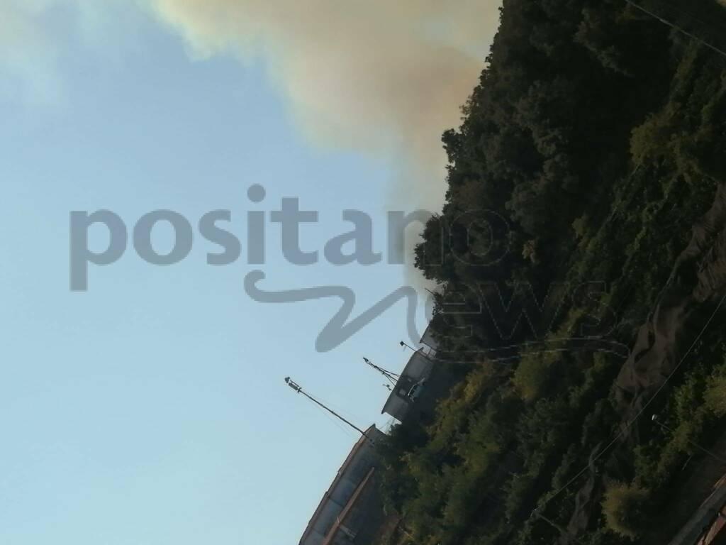 """Cetara. Incendio minaccia a Collata vicino le case e la S.S. 163 . Della Monica """"Sono criminali. Un grazie ai volontari"""""""