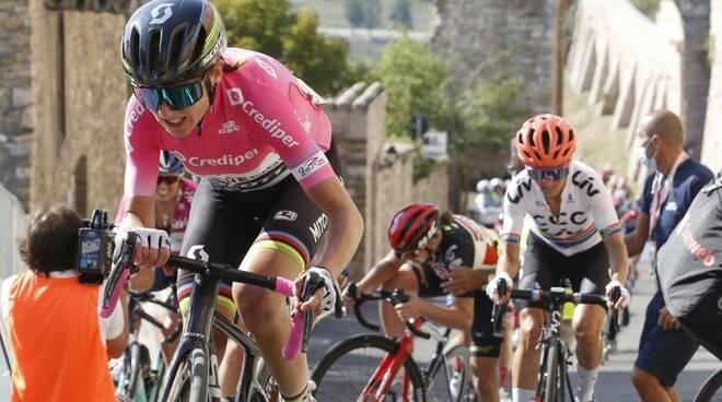 Giro d'Italia Femminile, vince la settima tappa la belga Lotte Kopecky.  Brutta caduta per Annemiek Van Vleuten - Positanonews
