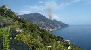 Maiori incendio impressionante visto dal mare di Amalfi