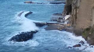 Mareggiata a Sorrento distrugge un pontile in legno