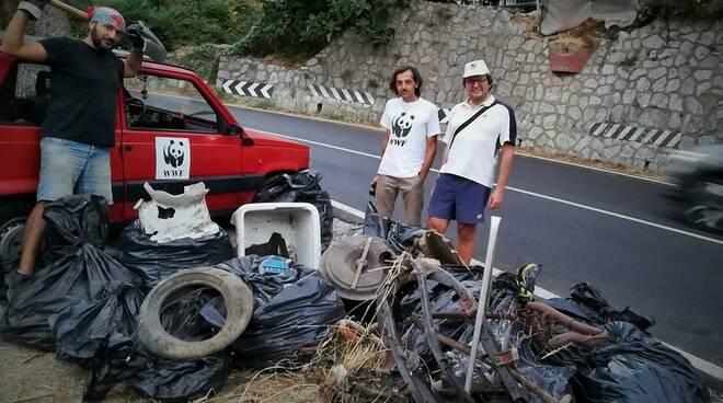 Meta. Attivisti del WWF rimuovono quintali di rifiuti dall'alveo del rivo vernotico nei pressi del Pino Sentinella