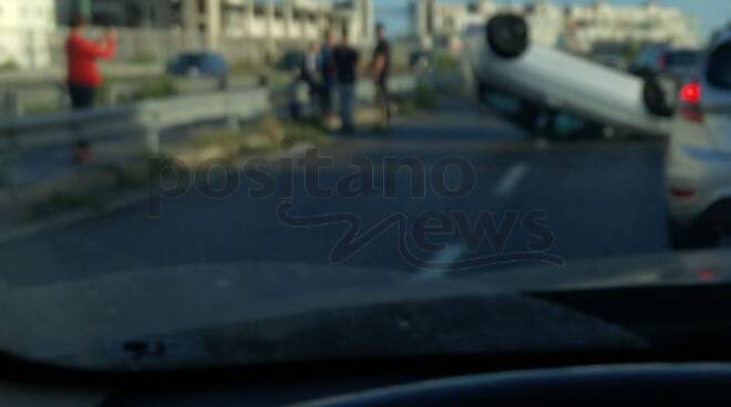 Napoli auto ribaltata a Ponticelli e galleria Vittoria chiusa, continuano i disagi