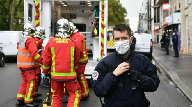 Parigi, attentato nell'ex sede Charlie Hebdo: 4 feriti gravi, fermati due sospetti. Trovata l'arma