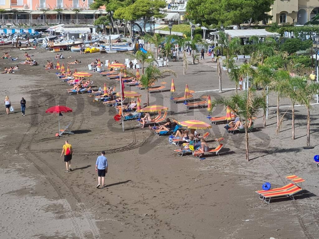 positano, tornano lettini a spiaggia grande