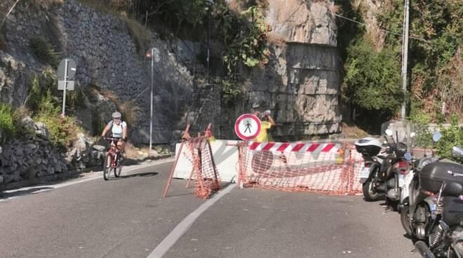 praiano ciclista per la strada interdetta