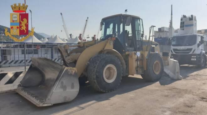 Salerno. La polizia recupera su una nave un caterpillar rubato in viaggio verso l'estero