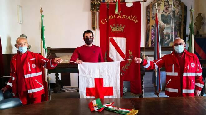 Amalfi il sindaco Daniele Milano con la Croce Rossa