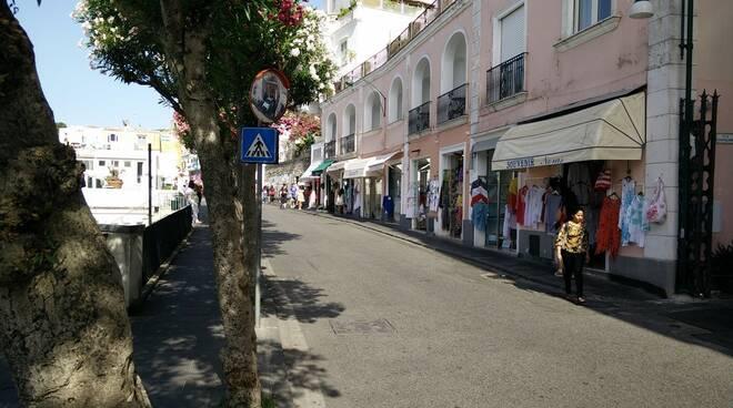 Capri. Il nuovo piano: stop ai veicoli in via Roma