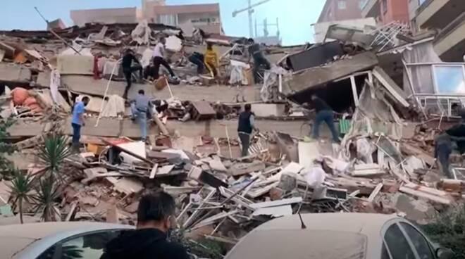 Grecia, terremoto al largo di Samos: terrore sulla costa turca, a Smirne edifici crollati. Almeno 8 morti