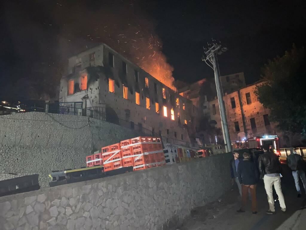 Minori: paura nella notte per l'incendio ad una vecchia cartiera