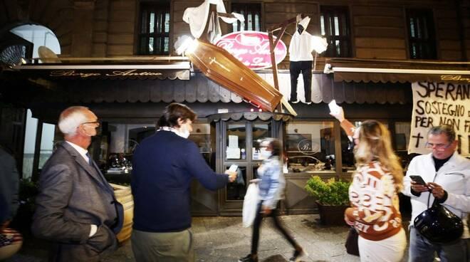 Napoli bara con camerieri impiccati