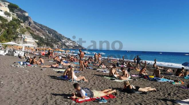 Positano spiaggia affollata prima domenica di ottobre