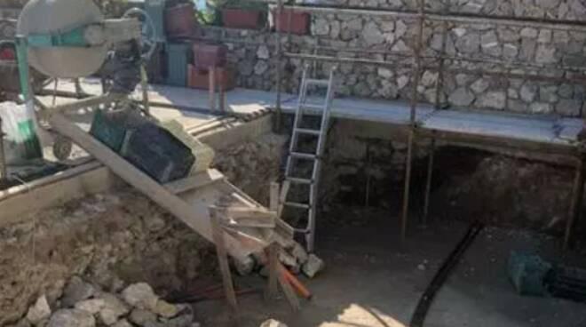 Capri, abusi edilizi all'ombra dei Faraglioni: sigilli alla villetta e alla superpiscina
