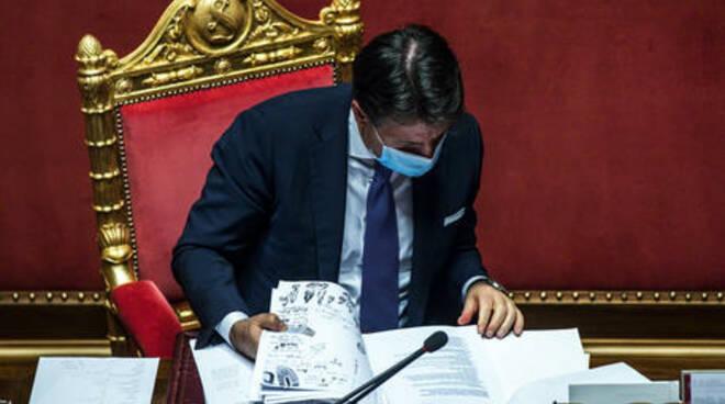 """Conte \""""resiste\"""" alle Regioni e firma il nuovo Dpcm. Nodo ristori Vertice notturno a palazzo Chigi. Parrucchieri aperti nelle zone rosse"""