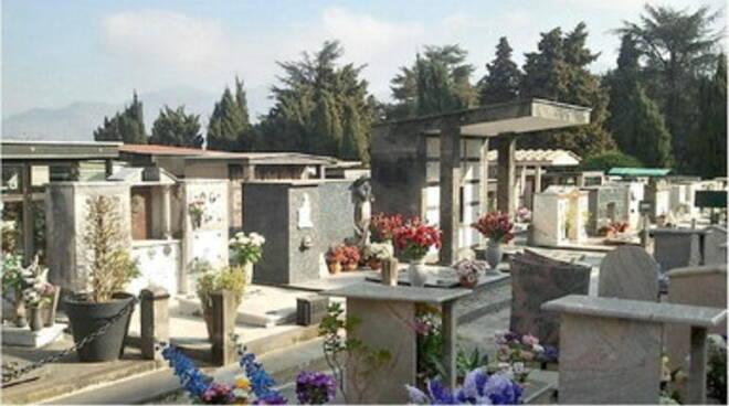 Cava de' Tirreni. Vandali al cimitero, defunti oltraggiati: distrutti vasi e aiuole, rubano ornamenti e lumini. I cittadini: «Terra di nessuno, il Comune intervenga»
