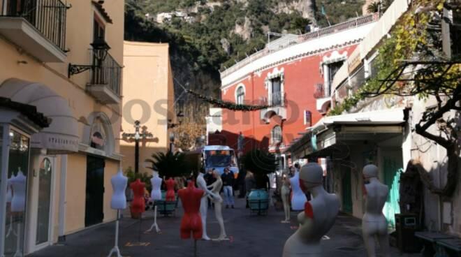 La Giornata contro la violenza sulle donne a Positano: istallati 14 manichini femminili in Piazza dei Mulini