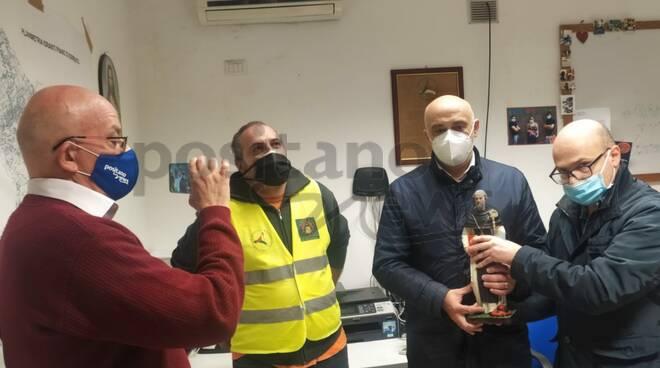 Lello Pane consegna Sant'Antonino al sindaco di Piano di Sorrento Vincenzo Iaccarino