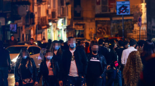 Movida a Napoli, controlli anti-Covid dei carabinieri: 24 multati senza mascherina