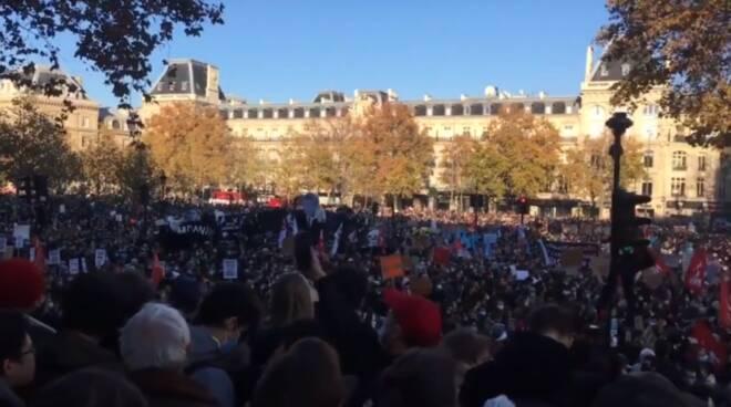 Parigi, decine di migliaia di persone contro la legge che vieta di filmare i poliziotti in azione