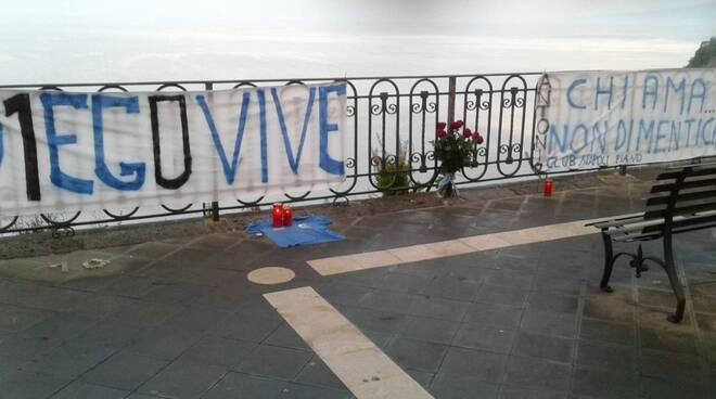 Piano di Sorrento ricorda Maradona. Striscioni e lumini a Marina di Cassano