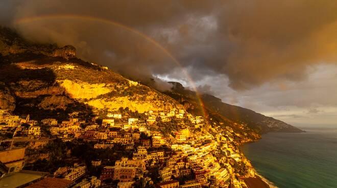 Positano spettacolare arcobaleno nella foto di Peppe De Martino