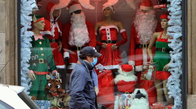 Tregua di Natale sulle chiusure: dieci giorni per lo shopping. Negozi e ristoranti potrebbero riaprire