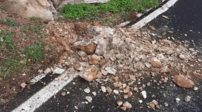 Attenzione: pietrame sull'asfalto da Positano a Piano di Sorrento, in località Scaricatoio