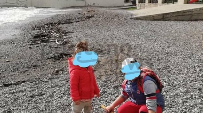 Bambini raccolgono rifiuti sulla spiaggia ad Amalfi