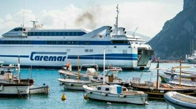 Capri, fila per i ticket: la nave parte e i passeggeri lasciati a terra