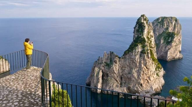 Capri: sottoscritto l'atto per l'acquisizione al patrimonio comunale dell'area del primo Belvedere di Pizzolungo, il sindaco proporrà di intitolarlo a Monika Mann