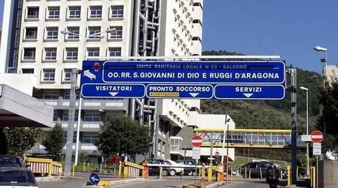 Sanità, Salerno. Presidio davanti al Ruggi per chiedere la riattivazione di tutti i servizi