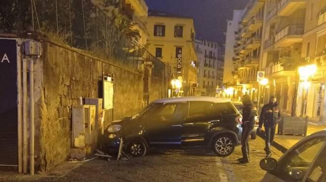 Castellammare di Stabia, incidente nella notte: auto finisce contro un muro