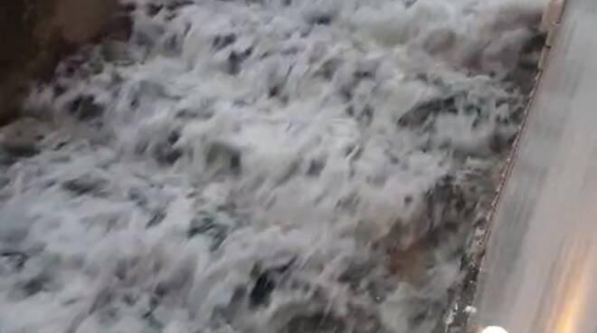 Gli effetti del maltempo a Positano: l'acqua scorre per le scale rendendo impossibile la circolazione