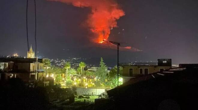 L'Etna torna ad eruttare: lo spettacolo di fuoco