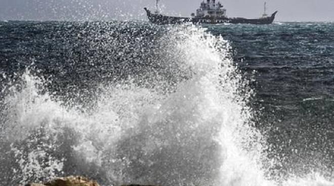 Mare in tempesta nel golfo, corse a singhiozzo per Capri